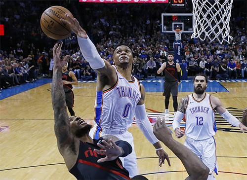 Westbrook (trắng, số 0) đang chơi thăng hoa trước thềm trận All-Star. Ảnh: AP.