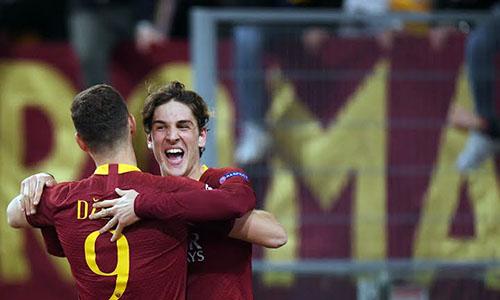 Zaniolo (phải) mang niềm vui chiến thắng về cho Roma. Ảnh: Reuters.