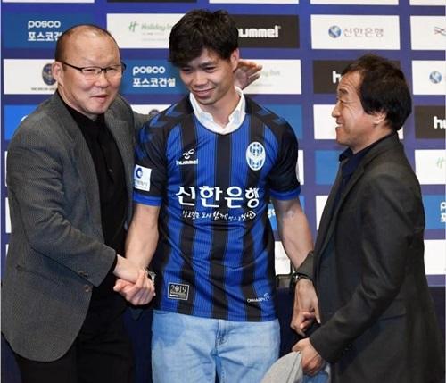 HLV Park Hang-seo (trái) và trợ lý Lee Young-jin (phải) chúc Công Phượng thành công ở Incheon United.