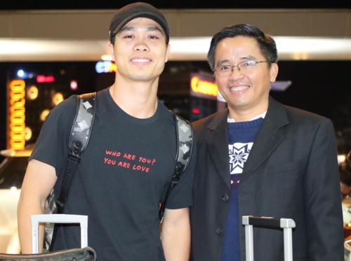 Công Phượng (trái) và ông Nguyễn Tấn Anh trước khi lên đường sang Hàn Quốc. Ảnh: Anh Khoa.
