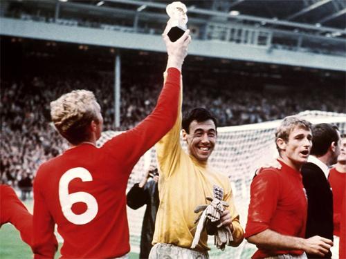 Banks (áo vàng)là thủ môn vô địch World Cup 1966 trên sân nhà.