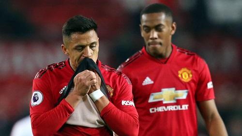 Sanchez (trái) hưởng lương cao nhất Man Utd nhưng không đóng góp nhiều vào lối chơi của toàn đội. Ảnh: PA.