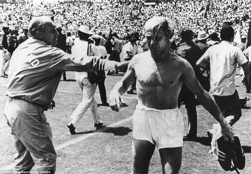 Mất Banks vì trúng độc, tuyển Anh thua ngược Đức 2-3 và bị phế ngôi tại World Cup 1970.