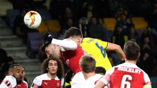 Tình huống đánh đầu dẫn đến bàn thua của Arsenal.