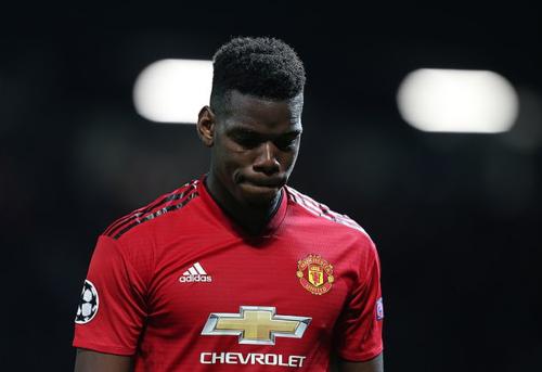 Pogba cúi mặt rời sân sau khi nhận thẻ đỏ ở trận đấu cầu thủ này được kỳ vọng là đầu tàu cho Man Utd. Ảnh:Man Utd.