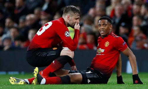 Martial (phải) dính chấn thương háng ở trận gặp PSG. Ảnh: Reuters.