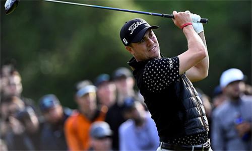 Justin Thomas chơi ấn tượng trong điều kiện mưa gió ở sân Riviera. Ảnh: Golfweek.
