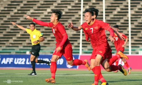 Minh Bình (7) vào sân từ ghế dự bị ghi bàn ấn định chiến thắng cho Việt Nam. Ảnh: Anh Lê.