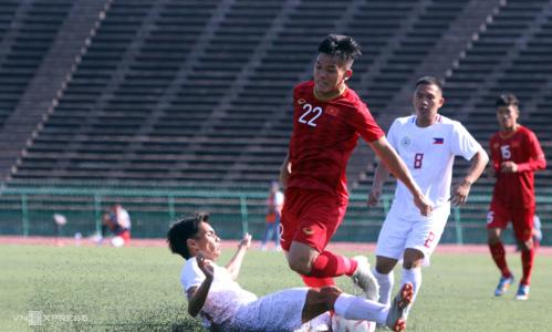 Mặt sân nhân tạo cùng lối đá phòng thủ co cụm của Philippines khiến U22 Việt Nam gặp bế tắc trong hiệp một. Ảnh: Anh Lê.