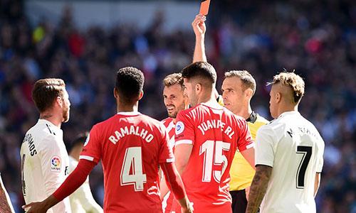Ramos lập kỷ lục bị phạt thẻ đỏ ở La Liga. Ảnh: EPA.