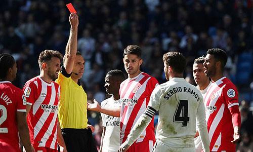 Ramos nhận thẻ đỏ thứ 20 ở La Liga tối 17/2. Ảnh: Reuters.