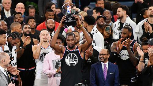 Kevin Durant (cầm kỷ niệm chương) là cầu thủ hay nhất trận All-Star. Ảnh: Sky.