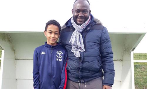 Kylian Mbappe (trái) và bố.