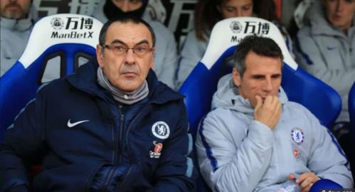 Zola (phải) đang là trợ lý cho Sarri tại Chelsea. Ảnh:AFP.