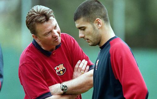 Van Gaal và Pep Guardiola khi làm việc cuối thập niên 90 thế kỷ trước. Ảnh:AP.