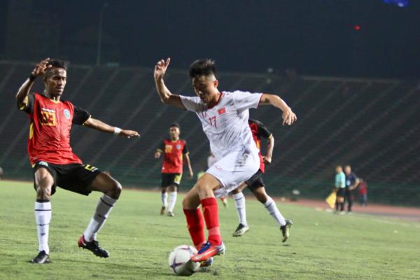 Thanh Hậu đi bóng trước cầu thủ Timor Leste. Ảnh:Anh Lê.