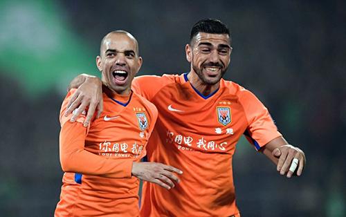 Thời còn khoác áo Sơn Đông Lỗ Năng, Tardelli (trái) hợp với Pelle trở thành cặp tiền đạo hàng đầu Super League. Ảnh: Sina.