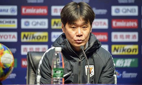 HLV Lý Tiêu Bằng cho rằng học trò đã chơi không tốt trong hiệp một. Ảnh: Sina.