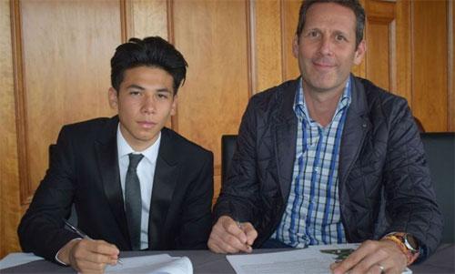 Ben Davis (trái) ký hợp đồng với Fulham năm ngoái. Ảnh: FFC