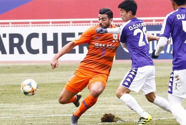 Pelle khiến hàng thủ CLB Hà Nội khổ sở với thể hình và thể lực vượt trội. Ảnh: Osports.