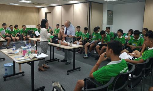Các cầu thủ của học viện NutiFood JMG chăm chú lắng nghe bác sĩ Ryoichi.
