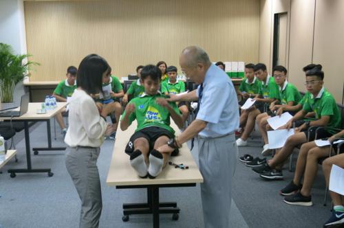 Thực hành ngay phương pháp trị liệu cơ xương khớp bằng dán băng y tế trên chính các học viên.