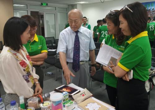 Bác sĩ CKI Trần Thị Minh Nguyệt cùng các bác sĩ của NutiFood trao đổi thêm với bác sĩ Ryoichi tại buổi tập huấn.