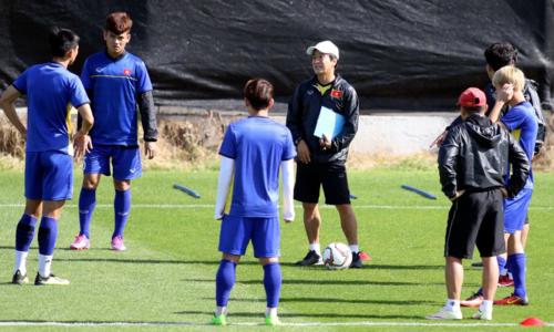 Ông Lee (tay cầm sổ) tin rằng vào đến vòng loại cuối cùng World Cup không phải mục tiêu xa vời với Việt Nam. Ảnh: Anh Khoa.