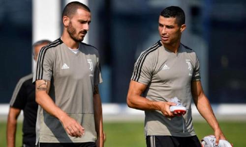 Bonucci (trái) ngưỡng mộ tính kỷ luật của Ronaldo. Ảnh: JFC.