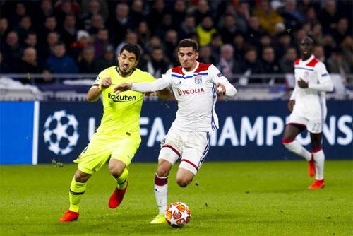 Barca ép sân nhưng không thể vượt qua hàng thủ Lyon.