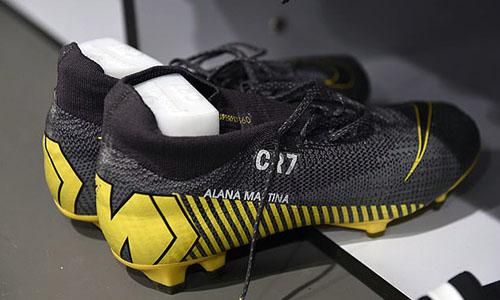 Đôi giày đặc biệt được Ronaldo sử dụng tối 20/2. Ảnh: PA.