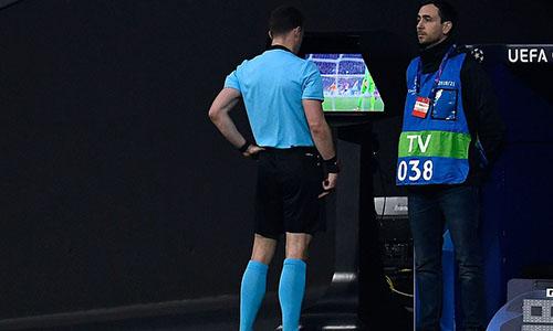 Juventus thoát thua ở giữa hiệp hai, khi công nghệ VAR phát hiện ra tình huống Morata phạm lỗi với Chiellini. Dù vậy, đội khách vẫn không thoát được thất bại chung cuộc. Ảnh: AP.