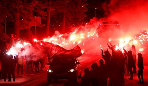 Màn chào đón hoành tráng của CĐV Zenit. Ảnh:Reuters.