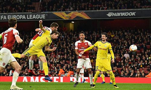 Tình huống không chiến thành bàn của Mustafi, đưa Arsenal vươn lên dẫn 2-1 sau hai lượt trận. Ảnh: AP.