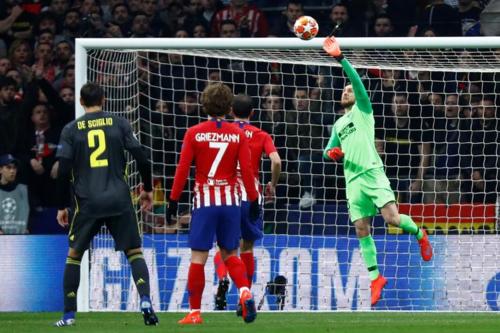 Oblak tung người cản phá cú sútcủa cầu thủ Juventus ở Champions League vừa qua.