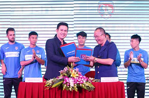 Bầu Tam và Chủ tịch câu lạc bộ, ông Phạm Thanh Hùng tại lễ ký kết tài trợ.
