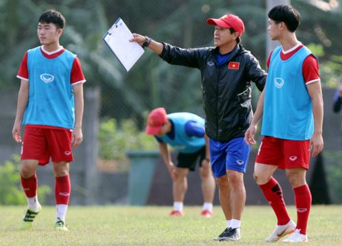 HLV Lee hướng dẫn Công Phượng và các đồng đội tập luyện ở Asiad 2018. Ảnh: Đức Đồng.