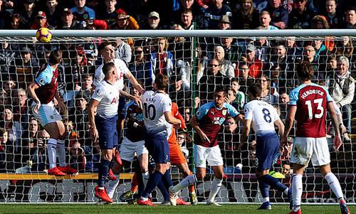 Hậu vệ Tottenham thất bại trong pha không chiến thành bàn của Chris Wood. Ảnh: PA.