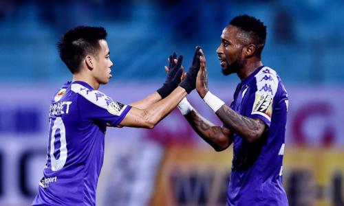 Văn Quyết (trái) và Samson (phải) cùng nổ súng trong trận ra quân V-League 2019. Ảnh: Giang Huy.