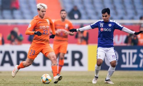 Hà Nội (áo xanh) đã chơi một trận ấn tượng trước Lỗ Năng Sơn Đông mới đây.