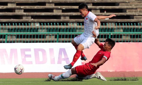 Lối chơi quyết liệt của các cầu thủIndonesia khiến Việt Nam khó triển khai bóng. Ảnh: Đức Đồng.