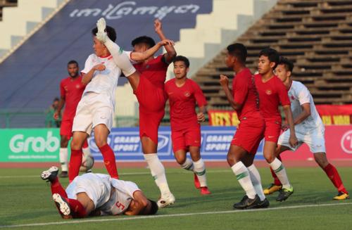 Cầu thủ Việt Nam (trắng) liên tục phải nằm sân vì lối chơi xấu của Indonesia. Ảnh: Đức Đồng.