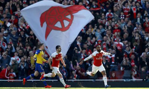 Lacazette và Mkhitaryan đưa Arsenal trở lại với top 4. Ảnh:AFP.