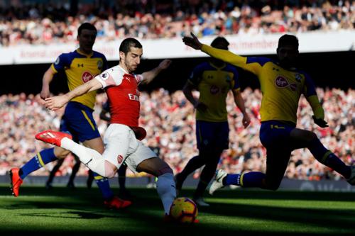 Mkhitaryan in dấu giày vào hai bàn thắng của Arsenal. Ảnh:Reuters.
