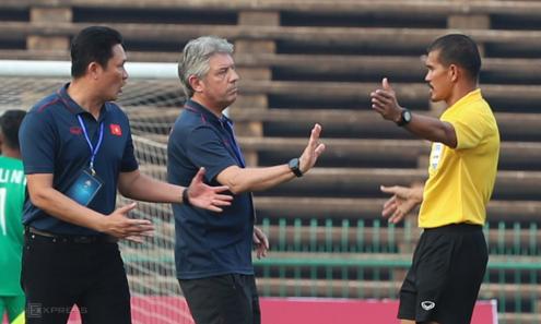 HLV Nguyễn Quốc Tuấn và GĐKT Gede lao vào sân phản ứng trọng tài sau trận đấu. Ảnh: Đức Đồng.