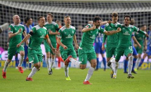 Pizarro mừng bàn thắng vào lưới Berlin ở phút bù giờ thứ sáu của trận đấu.