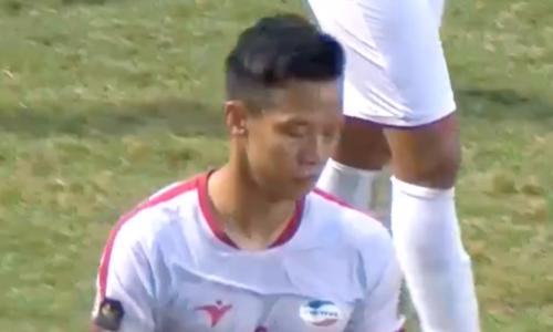 Khuôn mặt buồn của Ngọc Hải sau thẻ đỏ. Ảnh chụp màn hình.