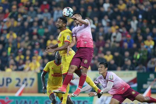 Nam Định (áo vàng) khởi đầu V-League 2019 như mơ với chiến thắng trước Sài Gòn.