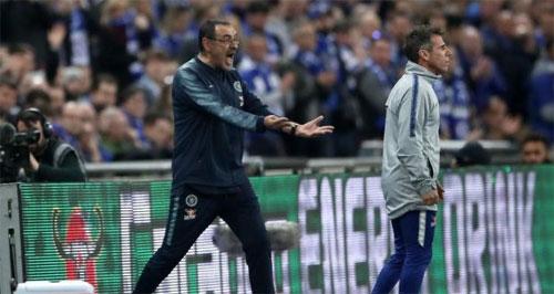 HLV Sarri và trợ lý Zola đều nổi giận với Kepa trên sân.
