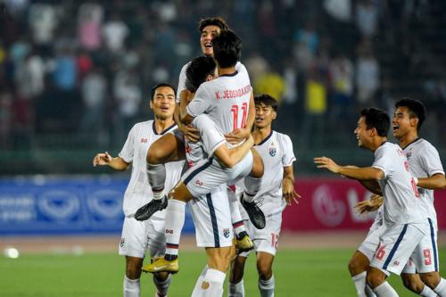 Cầu thủ Thái Lan chia vui sau khi giành chiến thắng trên loạt luân lưu. Ảnh:Changsuek.